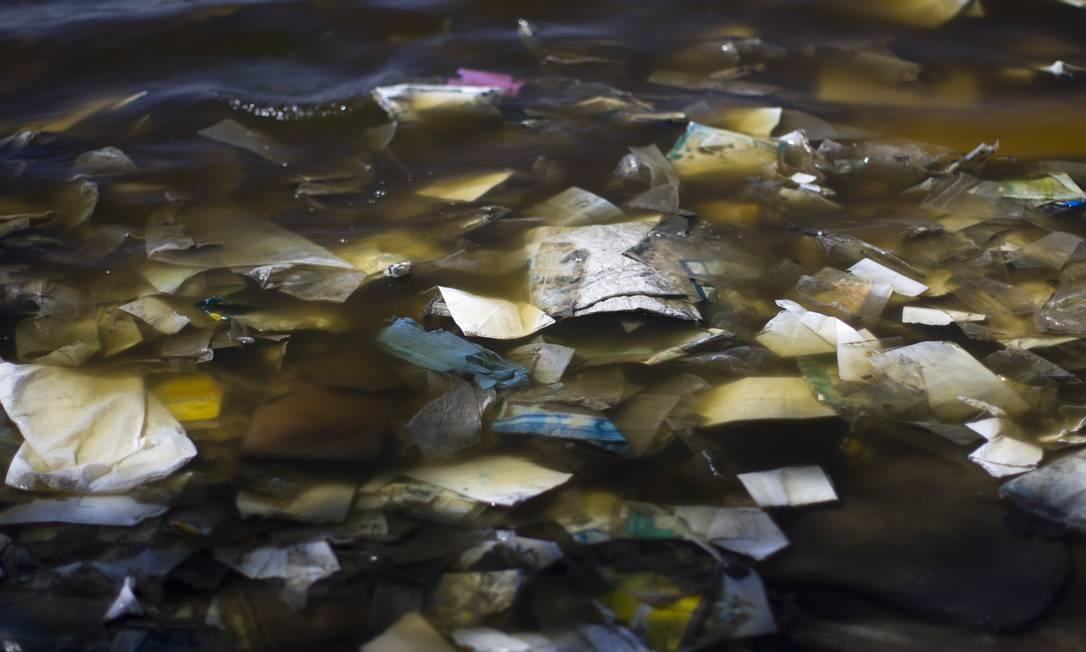 A praia, localizada no Fundão, está tomada pelo lixo Foto: Márcia Foletto / Agência O Globo