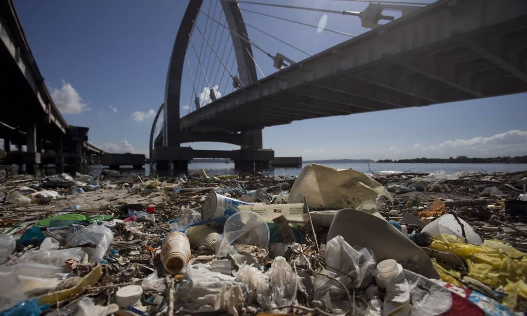 A poluição na Baía de Guanabara chega à área sob a ponte estaiada Foto: Márcia Foletto / Agência O Globo