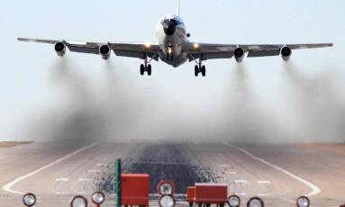 O avião americano WC-135 Constant Phoenix, especializado em incidentes nucleares, foi enviado para a região Foto: REUTERS