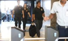 Policiais retornam à sede da PF no Rio após cumprirem mandados de busca e apreensão na cidade nesta quinta-feira (23) Foto: Marcia Foletto / Marcia Foletto