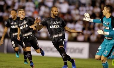 Jogadores do Botafogo correm para abraçar o goleiro Gatito Fernandez após a classificação sobre o Olimpia Foto: JORGE ADORNO / REUTERS