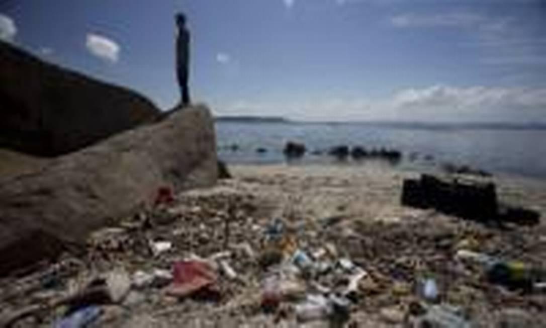 Grande quantidade de lixo também é encontrada na ilha do Catalão Foto: Márcia Foletto / Agência O Globo