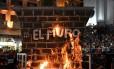 Mexicanos atearam fogo a muro falso durante festival de carnaval em Veracruz, no México Foto: Stringer / REUTERS