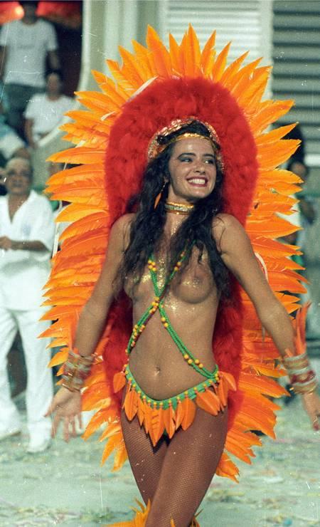 Sorriso e purpurina no visual de uma estonteante Luma de Oliveira no desfile da Caprichosos de Pilares em 1990 Foto: Jorge William / Agência O Globo