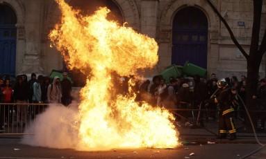 Bombeiros tentam apagar fogo de uma das barricas em frente a escolas em Paris, na França Foto: Geoffroy Van Der Hasselt GEOFFROY VAN DER HASSELT / AFP