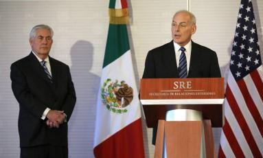 Kelly fala durante coletiva na chancelaria mexicana, com Tillerson ao fundo Foto: CARLOS BARRIA / REUTERS