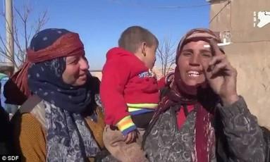 Junto a crianças, iraquianas fumam e tiram véus Foto: Reprodução/SDF