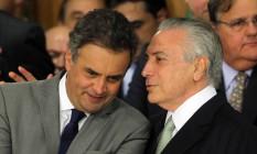 O presidente Michel Temer, conversa com o senador Aécio Neves, durante posse dos novos ministros Foto: Givaldo Barbosa / Agência O Globo