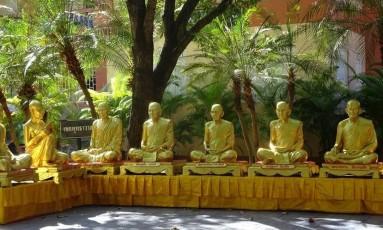 Esculturas. Reverência no templo Wat Phra Singh, em Chiang Mai Foto: Flávia Monteiro