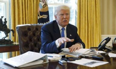 Trump é entrevistado pela Reuters no Salão Oval Foto: JONATHAN ERNST / REUTERS