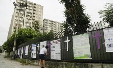 Protesto contra o fechamento da UERJ envelopa a universidade de preto com cruzes e coroa de flores Foto: Gabriel de Paiva / Agência O Globo