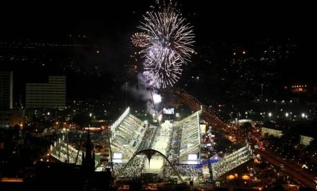 Cara nova. Fogos marcam o início do desfile do Grupo Especial no Sambódromo remodelado para a Olimpíada de 2016 Foto: Carlos Ivan 19/02/2012 / Agência O Globo