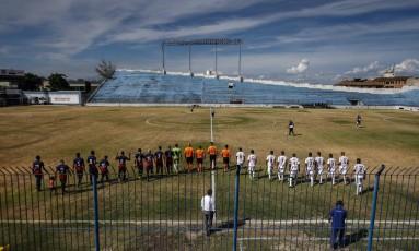 Bonsucesso e Cabofriense entram no gramado da Rua Bariri para um jogo válido pelo Grupo X do Campeonato Carioca Foto: Alexandre Cassiano / Agência O Globo