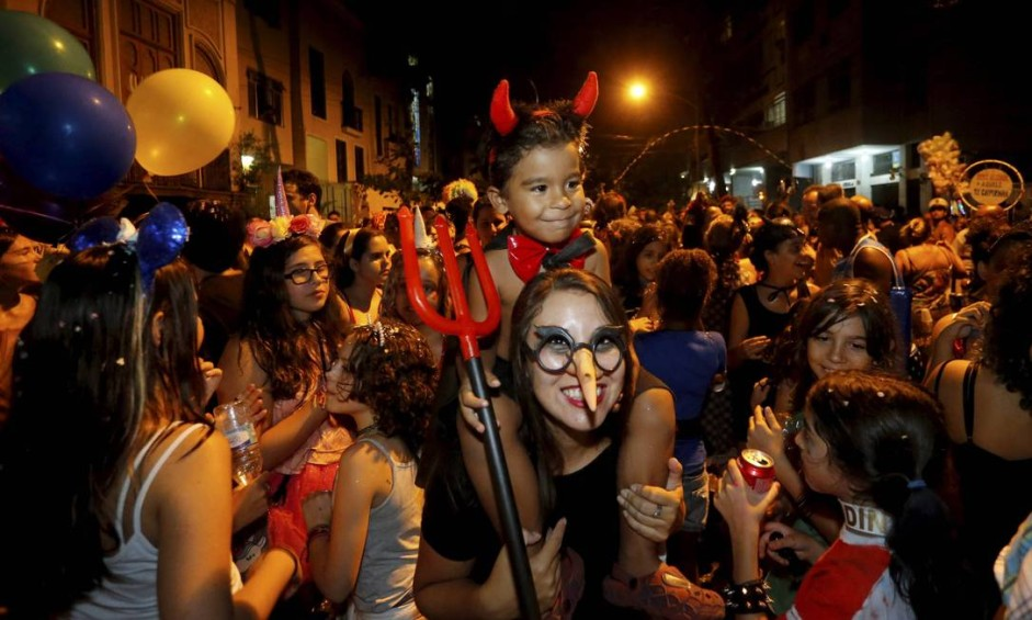 O Cobra Sarada divertindo crianças e adultos nas ruas de Laranjeiras Foto: Domingos Peixoto / Agência O Globo