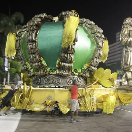 Alegoria da Império da Tijuca sendo deslocada próximo ao Sambódromo Foto: Pedro Teixeira / Agência O Globo