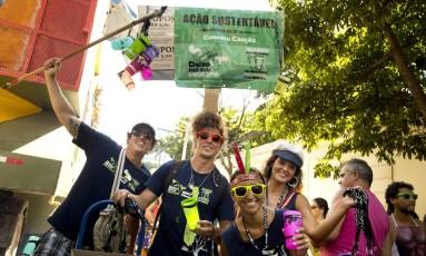 Foliões brincam e usam copo reutilizável no Vagalume, o Verde em 2016 Foto: Márcia Foletto / Agência O Globo