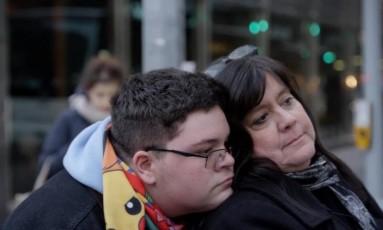 Gavin ao lado da mãe, Deirdre Foto: Vimeo/ American Civil Liberties Union / Reprodução