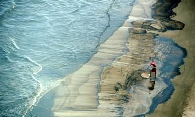 Foto de 2012 mostra vazamento de óleo em praia de Tramandaí, cidade próxima a Palmares do Sul Foto: Lauro Alves / Agência RBS