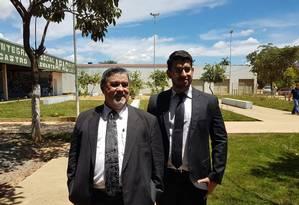 Lúcio Adolfo (à esquerda), advogado do goleiro Bruno, aguarda na porta do presídio a chegada do habeas corpus Foto: Alex Capella / Agência O Globo