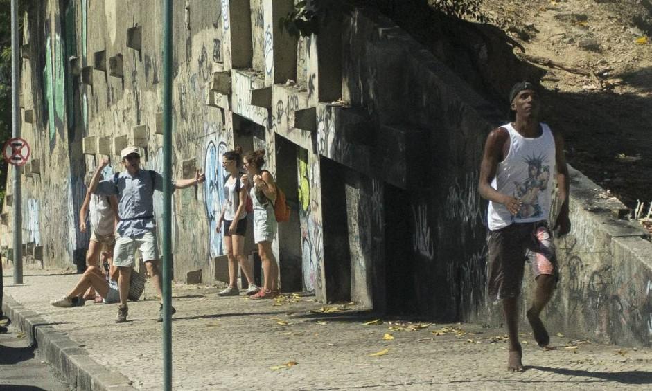 Ladrão corre após tentar assaltar turista francesa, que ficou caída ao chão Foto: Márcia Foletto / Agência O Globo