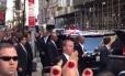 Multidão grita para Obama após ex-presidente aparecer em Nova York