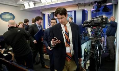 Jornalistas que cobririam coletiva diária do porta-voz de Trump deixam a Ala Oeste em protesto por exclusão Foto: YURI GRIPAS / REUTERS