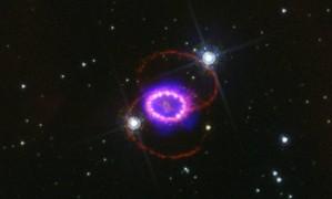 Imagem composta da Supernova 1987A com observações em luz visível pelo telescópio espacial Hubble e em raios-X pelo observatório espacial Chandra mostra os efeitos da poderosa onda de choque da explosão à medida que ela se expandiu, fazendo brilhar material que a estrela havia expelido cerca de 20 mil anos antes Foto: Nasa/ESA