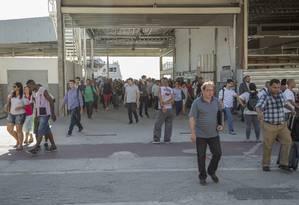 À caça. Mototaxistas de coletes lilases, uniforme da categoria no local, abordam possíveis clientes na saída das barcas, na Estação Arariboia Foto: Analice Paron / Agência O Globo