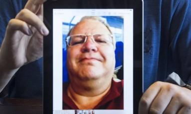 Ricardo Krause perdeu 22 quilos em seis meses e mostra no tablet sua imagem com sobrepeso Foto: Ana Branco