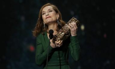 """Isabelle Huppert exibe o Cesar ganho por """"Elle"""" na 42ª edição da premiação do cinema francês Foto: PHILIPPE WOJAZER / REUTERS"""