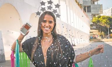Natasha Ribeiro, que frequenta os principais blocos do Rio, chega a ficar mais de dez horas por dia na folia: ela começou a usar um aplicativo de smartphone para contar seus passos e conferir se queimou calorias Foto: Guito Moreto