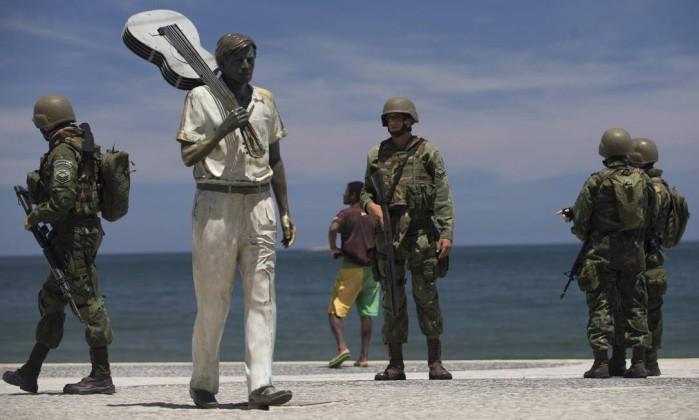Atuação no Rio. Militares fazem a segurança na Praia de Ipanema: segundo proposta de reestruturação da carreira, tempo na ativa subiria dos atuais 30 anos para 35 anos Foto: Márcia Foletto / Agência O Globo