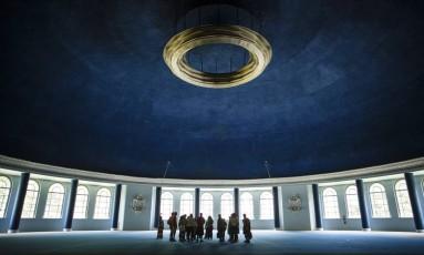 Turistas visitam Salão Mauá, preservado no Palácio Quitandinha, em Petrópolis, símbolo dos tempos em que o jogo de azar ainda era legalizado no Brasil Foto: Fernando Lemos / Agência O Globo