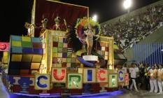 """Com enredo """"O Importante é Ser Feliz"""", a União do Parque Curicica propôs uma viagem no tempo. Foto: Fábio Guimarães / Agência O Globo"""