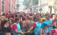 Bloco Céu na Terra: Foliões lotam o Largo dos Guimarães, em Santa Teresa Foto: Gabriel Meneses / O Globo