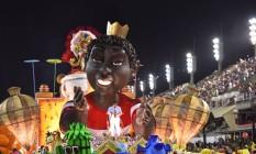 Abre-alas da Viradouro trouxe Dominguinhos do Estácio à frente de uma escultura gigante de um menino Foto: Diego Mendes