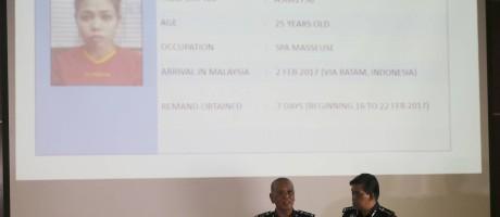 Inspetor de polícia Noor Rashid Ibrahim (à esq.) fala sobre a suspeita de participação de Aisyah durante coletiva de imprensa Foto: Vincent Thian / AP