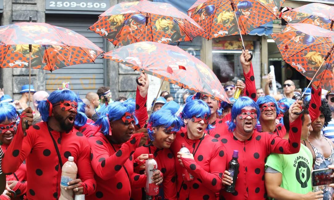 O carnaval ensina que idade é, antes de tudo, um estado de espírito. No Bola Preta, teve gente grande se vestindo de Ladybug, personagem de desenhos animados que caiu nas graças da criançada Foto: Guilherme Pinto / Agência O Globo