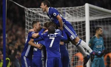 Azpilicueta pula no bolo de jogadores do Chelsea e vibra com um dos gols da vitória por 3 a 1 sobre o Swansea: lateral se envolveu em lance polêmico Foto: Tony O'Brien / REUTERS