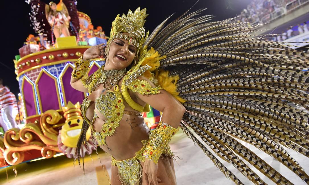 Musa da Viradouro durante desfile nesta sexta-feira na Sapucaí Diego Mendes / Agência O Globo