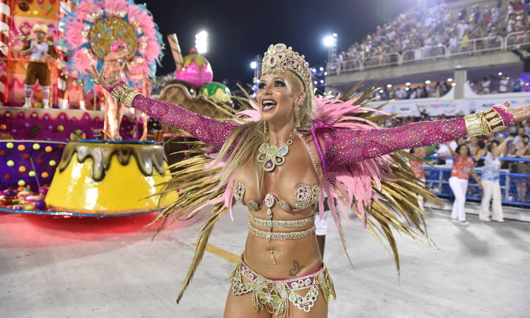 Musa da Viradouro cumprimenta o público durante desfile da escola Diego Mendes / Agência O Globo