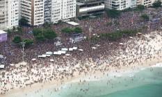 Bloco da Favorita leva uma multidão até a Praia de Copacabana Foto: Terceiro / Agência O Globo
