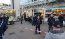 Policiais concentram-se ao redor de um carro em frente a um edifício comercial em Heidelberg, na Alemanha, onde um homem atropelou pedestres Foto: R. PRIEBE / AFP