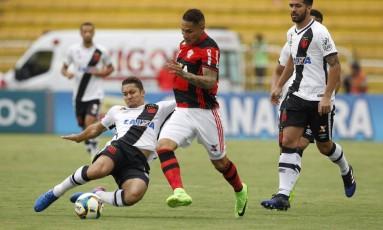 Rubro-negro Guerrero recebe a marcação de Jean, do Vasco Foto: Alexandre Cassiano
