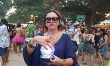 A professora Claudia Mendes, de 47 anos, se diverte vestida de vidente no Cordão do Prata Preta Foto: Camila Zarur / O Globo