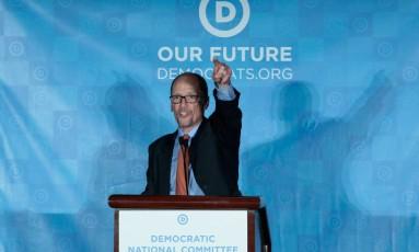 Tom Perez se dirige ao público depois de ser eleito presidente do Partido Democrata, durante a reunião do Comitê Nacional Democrata em Atlanta, Geórgia Foto: CHRIS BERRY / REUTERS