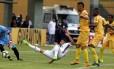 Marquinho, do Fluminense, tenta finalizar na área do Madureira Foto: Marcelo Theobald / Agência O Globo