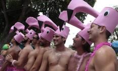 Vestido de flamingos, grupo colore a Praça da Harmonia, onde foi a concentração do Prata Preta Foto: Roberto Moreyra / Agência O Globo