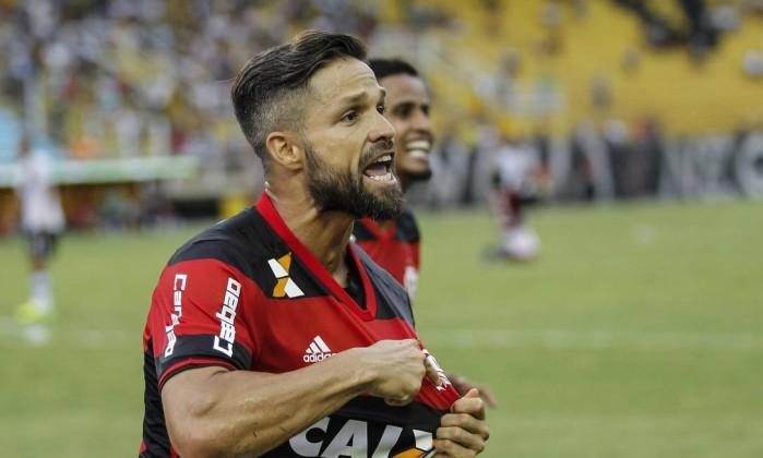 Diego exibe o escudo rubro-negro ao marcar o gol diante do Vasco Foto: Alexandre Cassiano