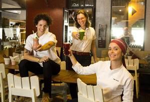 Opção saudável: Iona Rothstein (à esquerda), Branca Lee (meio) e Paula Prandini comandam o Empório Jardim e já planejam expansão Foto: Monica Imbuzeiro / O Globo